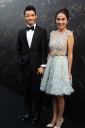 葉璇的衣品不服不行,蕾絲短裙看似不保守,但加上一層紗就挺高貴