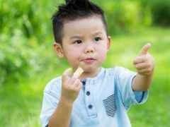 """7歲娃口腔長滿""""小石子"""",醫生怒斥:這也敢給娃喝,積食難長個"""