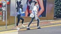 53歲邱淑貞攜女兒逛街,穿襯衫配拖鞋隨性又時髦,身材比女兒還好