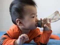 """8歲女娃因""""多喝水""""住院,兒科提醒:這3個時間段不宜給孩子喝水,易積食"""