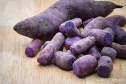 煲粥製作:營養豐富的紫薯粥,把紫薯切成丁狀煲粥口感會更好